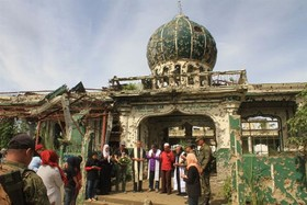 دعای میان ادیانی مسلمانان و مسیحیان فیلیپین در ویرانه های مسجد و کلیسا