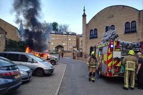 یک اتومبیل در روبروی مسجد یورکشایر انگلستان به آتش کشیده شد