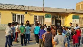 امام جمعه نقده به میان دانش آموزان رفت+ عکس