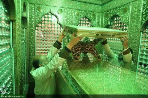 بالصور/ إزالة الغبار عن ضريح السيد أحمد (شاهجراغ) بن الإمام الكاظم (ع) بشيراز