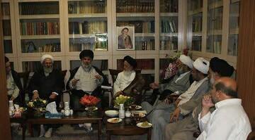 نشست صمیمی جمعی از اساتید حوزه قم و نجف در بیت علامه طباطبایی