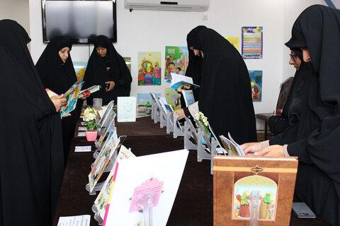 نمایشگاه محصولات فرهنگي مهدوی در حوزه علميه خواهران برگزار شد