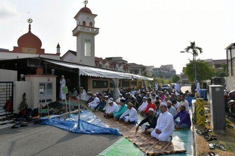 نظم جاده ای در روز عید توسط داوطلبان بودایی در سنگاپور