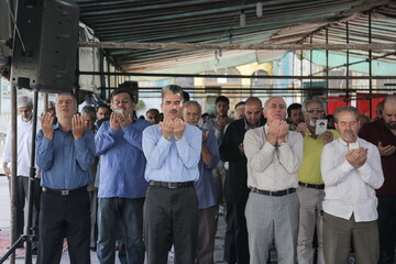 تصاویر/ اقامه نماز عید قربان در امامزاده پنج تن لویزان