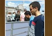 نماز دانش آموز ایرانی بر روی یکی از پل های لندن