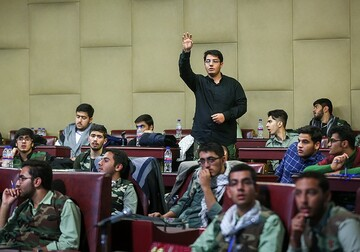 رهبر انقلاب: باید به جوانان امین و مُتدین میدان داد