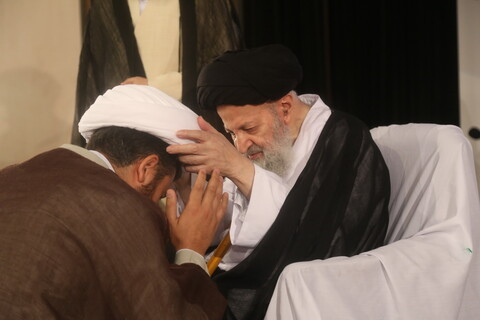 بالصور/ طلاب الحوزة العلمية يعتمرون العمامة في ذكرى ولادة الإمام الهادي عليه السلام بقم المقدسة