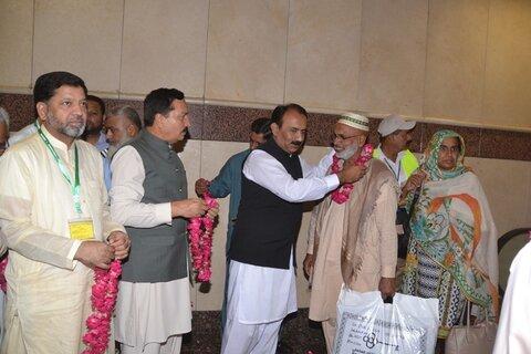 نخستین گروه حاجیان پاکستانی از سرزمین وحی بازگشتند+تصاویر