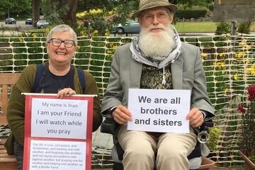 نگهبانی مادربزرگ 69 ساله بریتانیایی از مسجد محل!