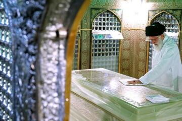 تصاویر/ غبارروبی مضجع مطهر حضرت امام رضا (علیهالسلام) توسط رهبر معظم انقلاب