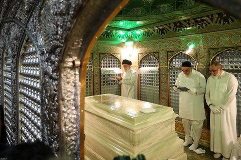 بالصور/ إزالة الغبار عن مرقد الإمام الرضا (عليه السلام) بمشاركة الإمام الخامنئي