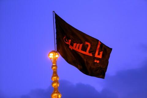 اهتزاز پرچم حرم امام حسین(ع) بر فراز گنبد حرم حضرت معصومه(س)