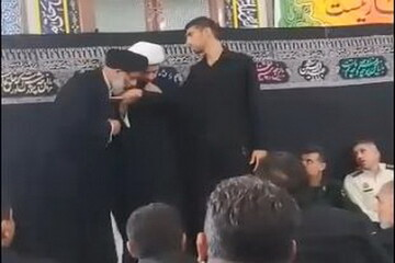 فیلم  بوسه امام جمعه اهواز بر دستان کارگر هفت تپه