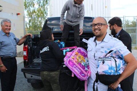 اهدای کوله پشتی و نوشت ابزار به کودکان بومیان کانادا توسط اعضای جامعه اسلامی