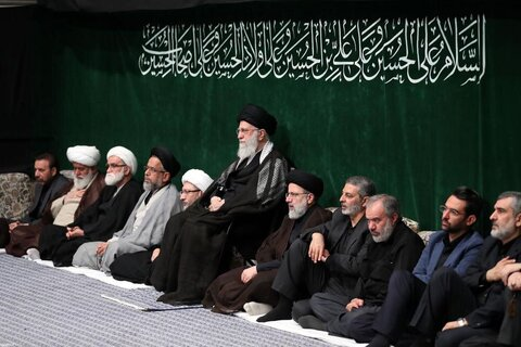 بالصور/ إقامة مجلس عزاء ليلة التاسع من محرم بمشاركة الإمام الخامنئي
