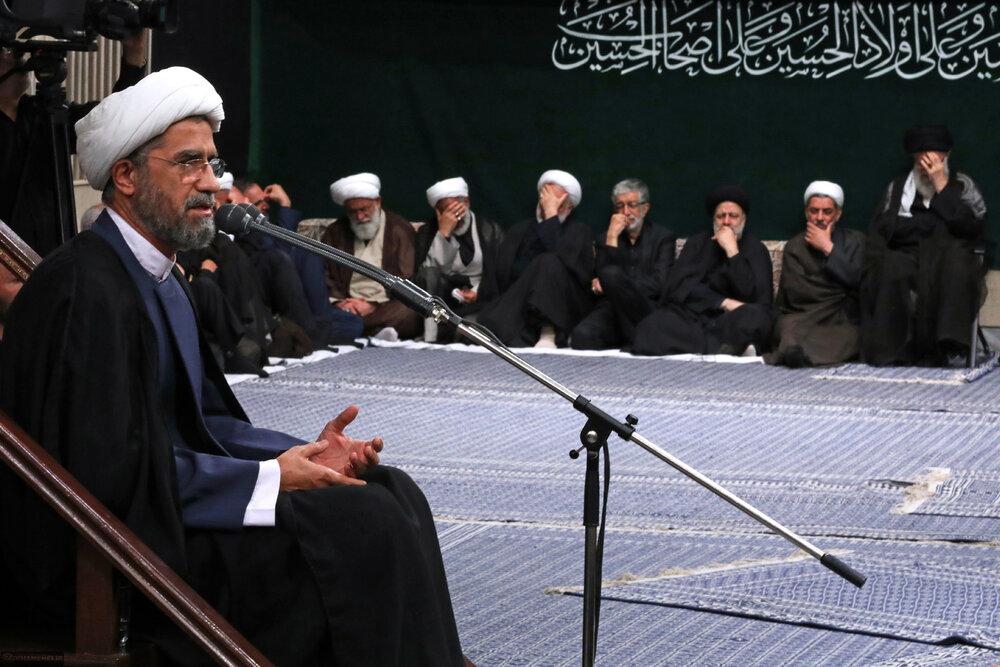 مراسم عزاداری شب عاشورای حسینی (علیهالسلام) با حضور رهبر معظم انقلاب برگزار شد