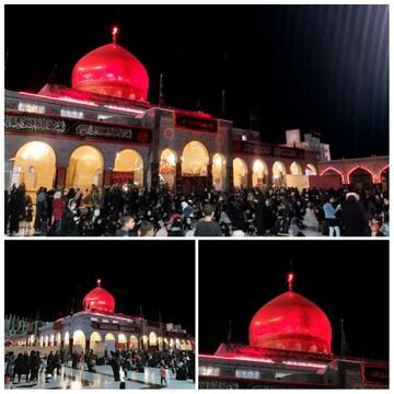 گنبد حرم حضرت زینب در شب عاشورا سرخ گون شد +عکس