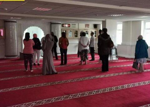 زنان و مردان انگلیسی از مسجدی در بلکبرن بازدید