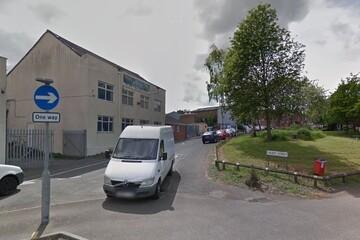 مردی روبروی مسجدی در میدلندز انگلستان مورد اصابت چاقو قرار گرفت