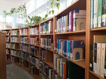 جالی خالی کتب مذهبی کودکان در قفسه های کتابخانه ها