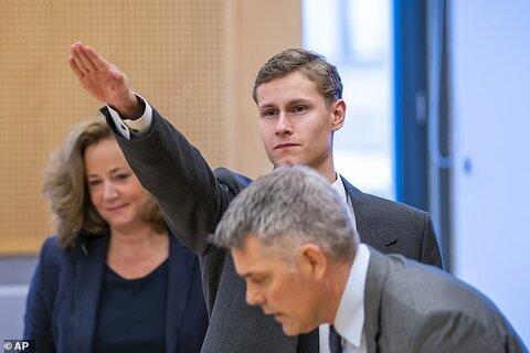 سلام نظامی نازی ها توسط مهاجم حمله تروریستی نروژ در دادگاه