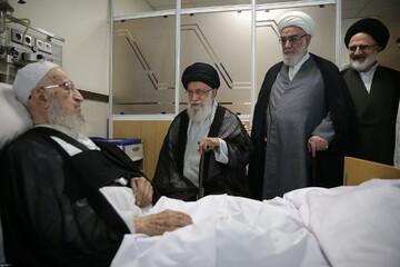 الإمام الخامنئي يعود سماحة آية الله العظمى مكارم الشيرازي في المشفى