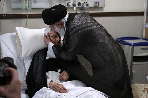 بالصور/ عيادة الإمام الخامنئي لسماحة آية الله العظمى مكارم الشيرازي في المشفى