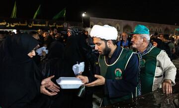 افزایش خدمات آستان قدس در مهران/ توزیع روزانه ۲۰۰ هزار پرس غذای گرم میان زائران