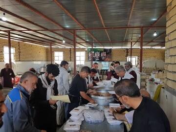 تصاویر/ توزیع روزانه 10هزار پرس غذای گرم از موقوفات استانها در مرز مهران