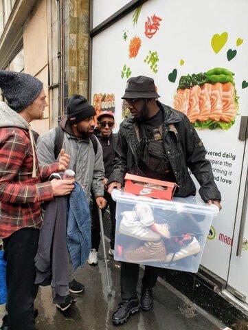 تازه مسلمان لندنی که کفش ورزشی گران قیمت به بی خانمان ها می دهد
