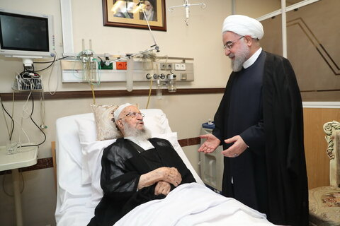 بالصور/ عيادة الرئيس الإيراني ومسؤولي النظام وشخصيات حوزوية من آية الله العظمى مكارم الشيرازي