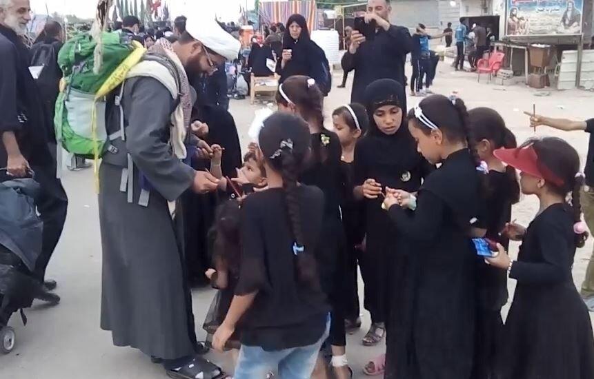 فیلم/ هدیه یک طلبه به کودکان عراقی در مسیر نجف به کربلا