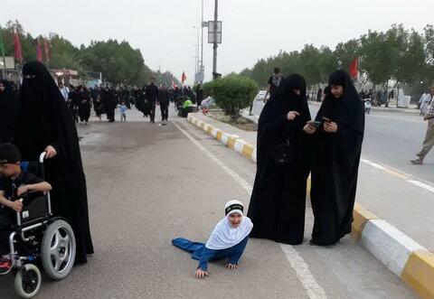 تصاویر/ دختر بچه معلول در راهپیمایی اربعین