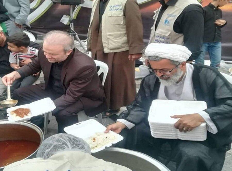 خدمت دادستان کرمانشاه و امام جمعه هرسین به زائران+ عکس