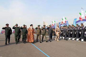 فیلم| لحظاتی از ساندیدن فرمانده کل قوا از یگانهای حاضر در میدان دانشگاه پدافند هوایی ارتش