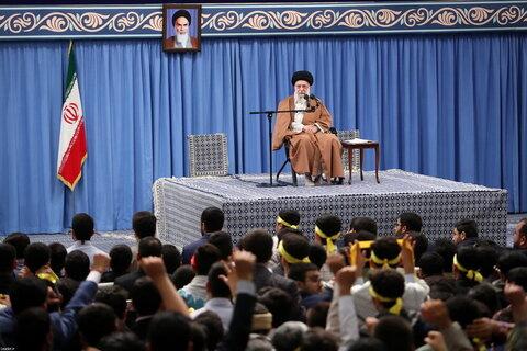 بالصور/ لقاء طلاب المدارس والجامعات بالإمام الخامنئي بمناسبة اليوم الوطني لمقارعة الاستكبار العالمي