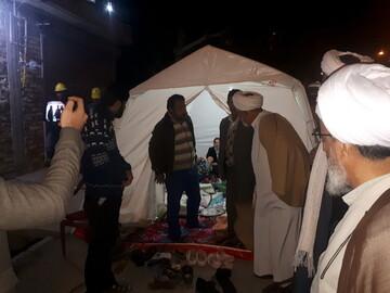 تصاویر/ حضور روحانیون و طلاب میانه در مناطق زلزله زده