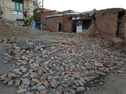 تصاویر/ خدمت رسانی طلاب و روحانیون به زلزله زدگان میانه