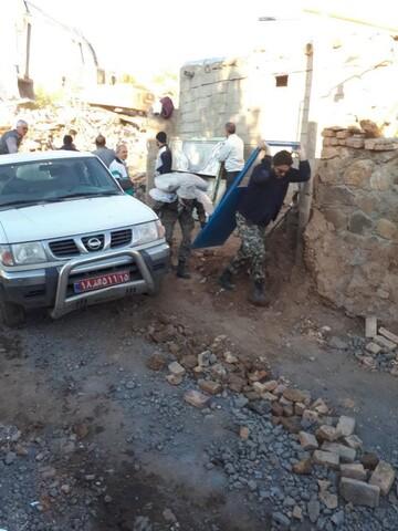 تصاویر/ کمک رسانی روحانیون در مناطق زلزله زده میانه