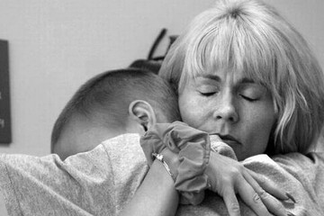 سایه مرگ بر سرکودک سرطانی در آغوش مادر