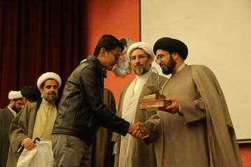 برگزیدگان مسابقات قرآنی حفظ قرآن کریم همسر و فرزندان طلاب تجلیل شدند