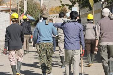 طلاب جهادی تبریز به یاری زلزله زدگان میانه شتافته اند+ عکس