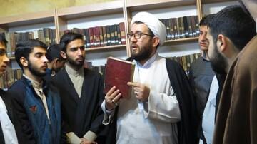 طلاب خوی از کتابخانه آیت الله نمازی بازدید کردند+ عکس