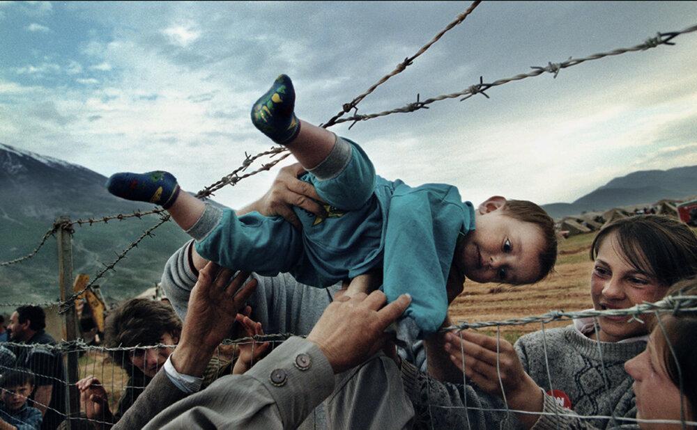 سفر کودکی دوساله از بین سیم خاردارها تا اردوگاه پناهندگی