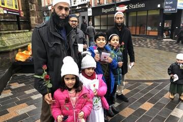 توزیع گل رز و شیرینی به مناسبت ولادت پیامبر (ص) در 25 شهر بریتانیا