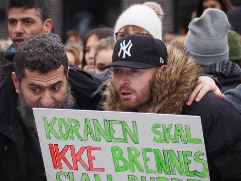 مردم شهر نروژی علیه اسلام ستیزی در کنار مسلمانان ایستاده اند