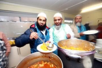 اطعام نیازمندان از سوی داوطلبان مدرسه اسلامی لندن + تصاویر