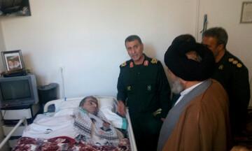دیدار نماینده ولی فقیه در کردستان و فرمانده سپاه بیت المقدس با خانواده شهید غمیان