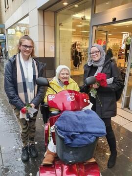 اهدای گل سرخ به مردم اسکاتلند از سوی مسلمانان + تصاویر