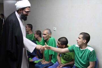 خوش و بش امام جمعه همدان با معلولان یک آسایشگاه+ عکس